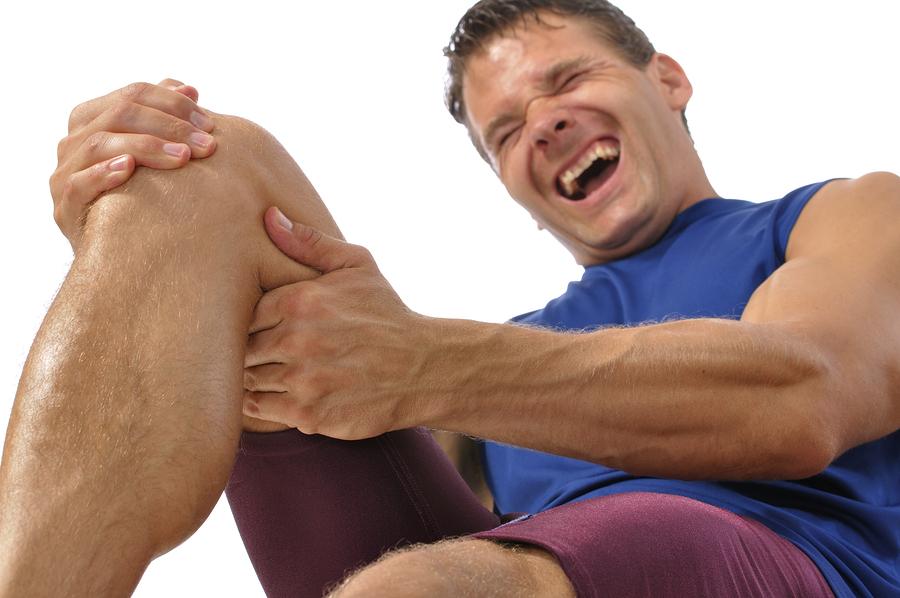 膝の怪我をした男性